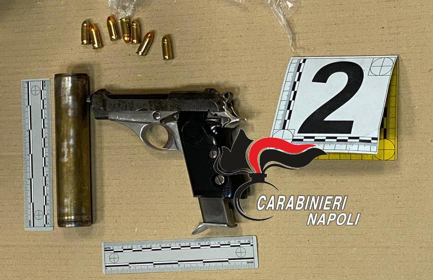Pistole e bombe tra frutta e verdura: scoperto un arsenale di armi in un negozio di ortofrutta a Bagnoli (VIDEO)
