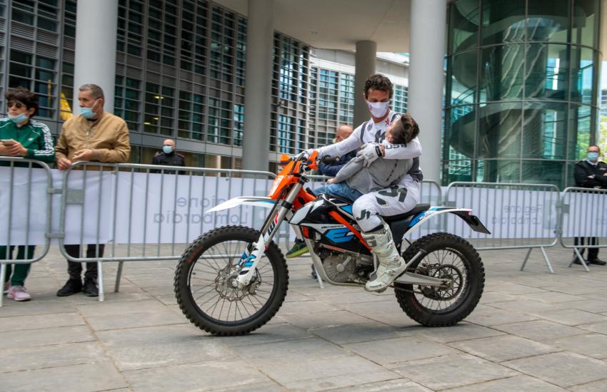 Acrobazie Mototerapia incantano Milano, disabili e loro familiari