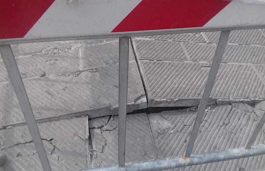 Lastre della pavimentazione innalzate: transennato un tratto di piazza Grande (lato via Pieroni)