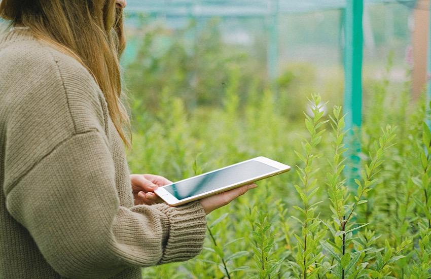 Olt dona 16 tablet alle scuole comunali