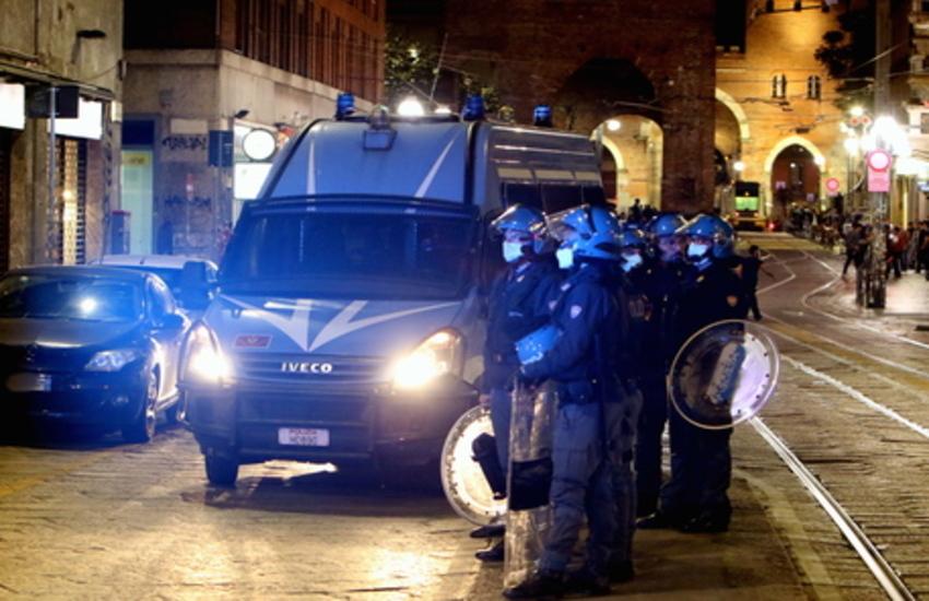 Milano: Controlli anti assembramenti, bottiglie contro Polizia