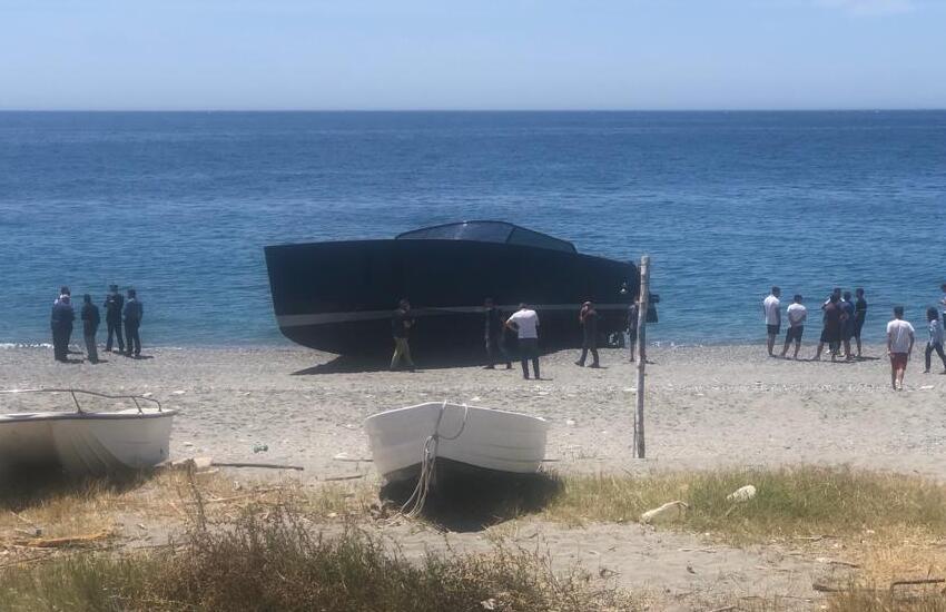 Melito Porto Salvo, imbarcazione insabbiata sulla spiaggia: un ferito