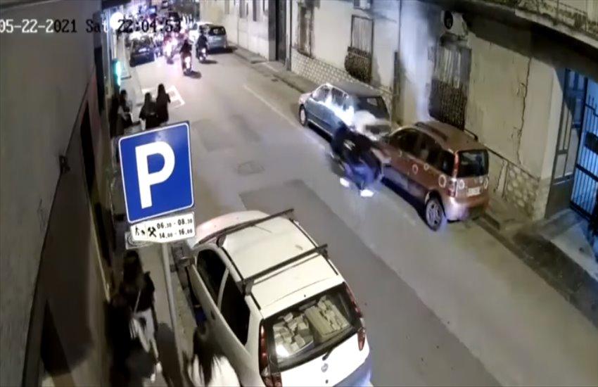 Movida selvaggia e senza controllo a Frattamaggiore: impenna con lo scooter, sbatte contro un'auto e fugge via (VIDEO)