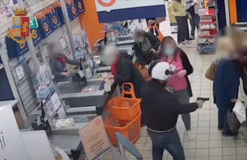Era l'incubo di supermercati e negozi di Soccavo. Fermato un presunto rapinatore seriale (VIDEO)