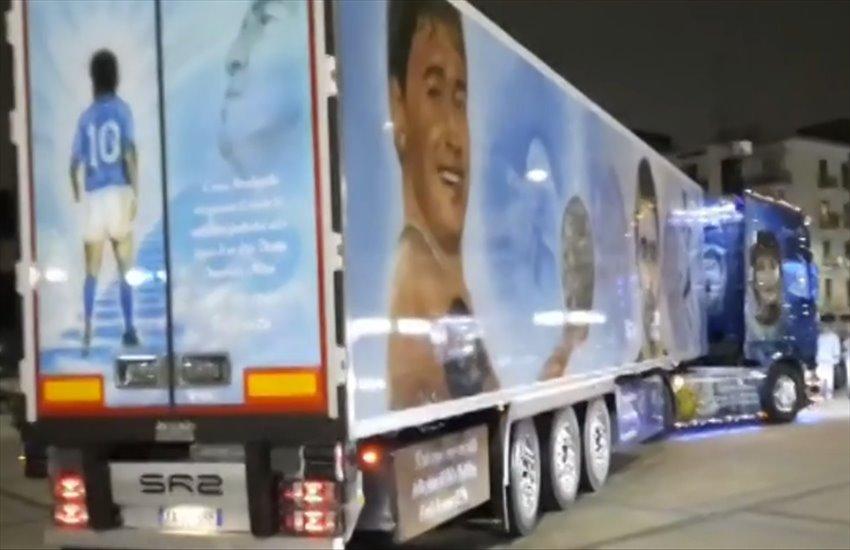 Il magnifico camion interamente dedicato a Maradona, l'ingegnosa idea di un camionista di Volla