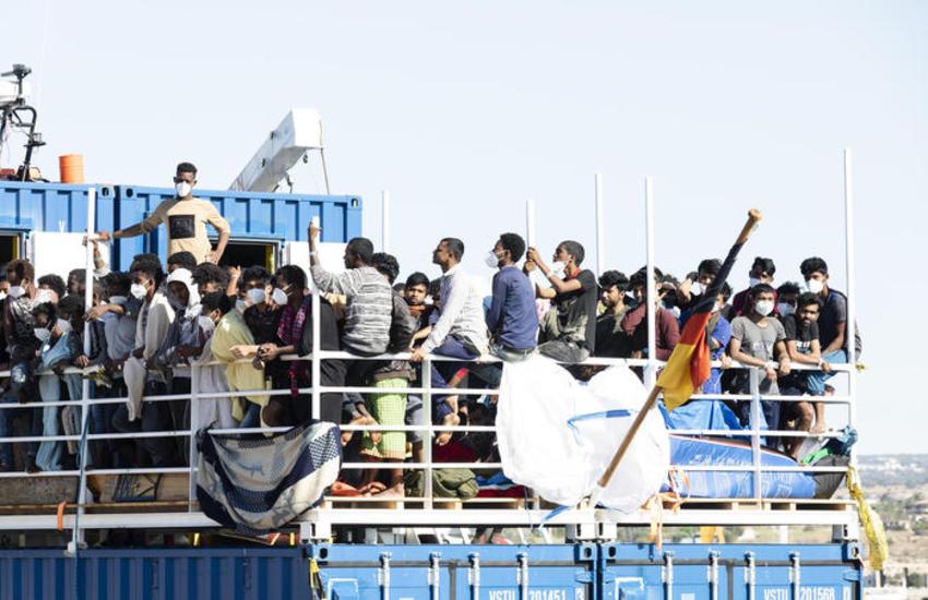 La Sea Eye attracca a Pozzallo, tra grida razziste e pianti dei bambini