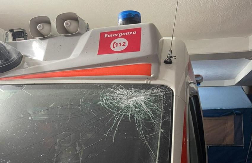 Termini Imerese – Tirano pietre e bottiglie contro l'ambulanza