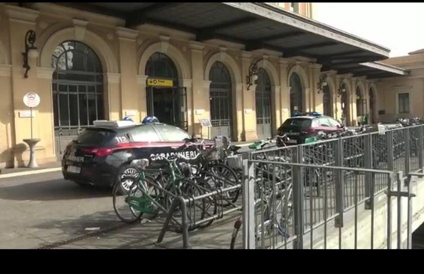 Uomo ubriaco sul Taranto-Milano, fermato a Parma e condotto in caserma