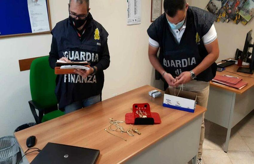 Palermo – Sottrae soldi e gioielli al fratello incapace di intendere e di volere