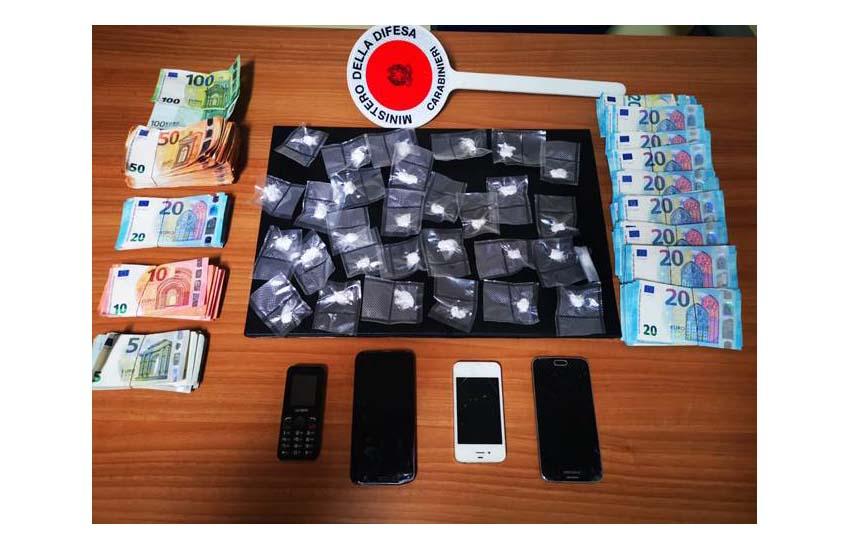 I carabinieri di Maddaloni insospettiti da 2 uomini hanno trovato droga e 20mila euro