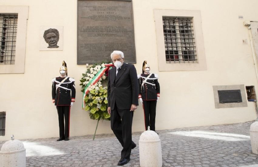 """Giorno della Memoria dedicato alle """"Vittime del terrorismo e delle stragi di tale matrice"""": Mattarella in via Caetani"""
