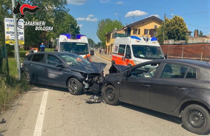 Minerbio: scontro frontale tra due auto