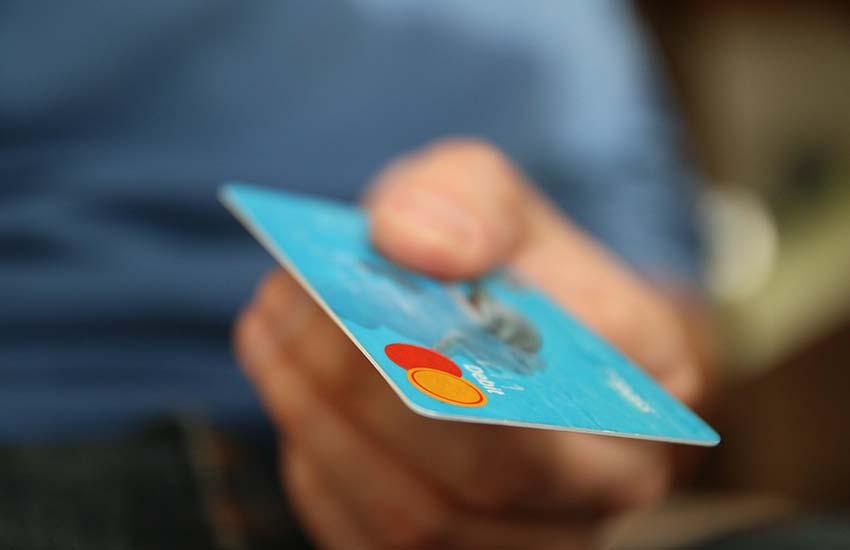 Ospedaletto d'Alpinolo, in 4 consumano cene e pernottano pagando con carte clonate