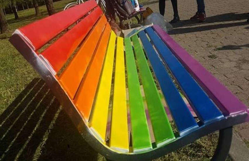 Anche Vittoria avrà la sua prima panchina Arcobaleno, per dire no a discriminazioni e odio