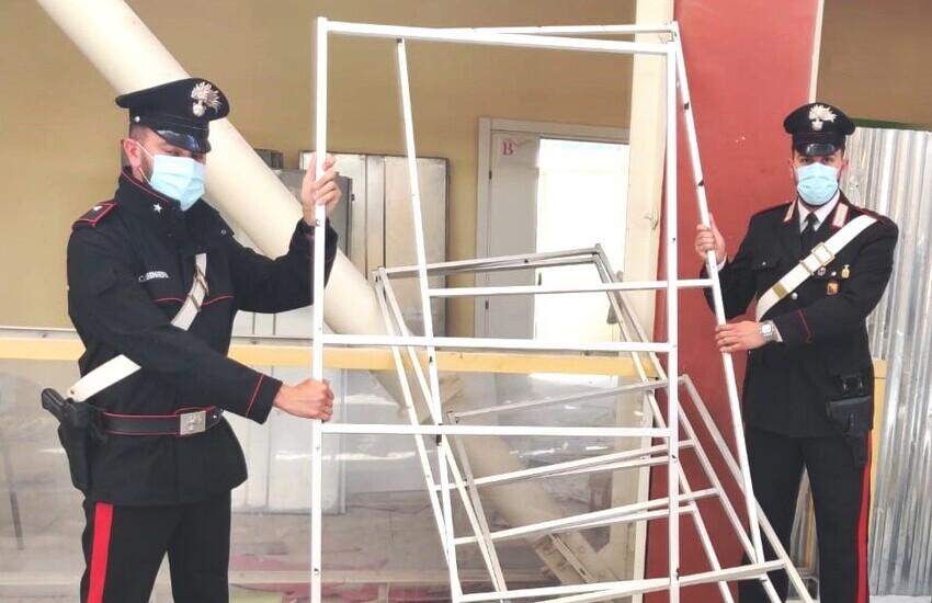Ramacca, stava razziando strutture in metallo all'interno di un immobile comunale: arrestato