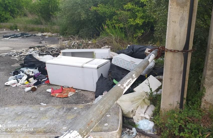 Sezze, ancora rifiuti abbandonati e degrado su via Sandalara