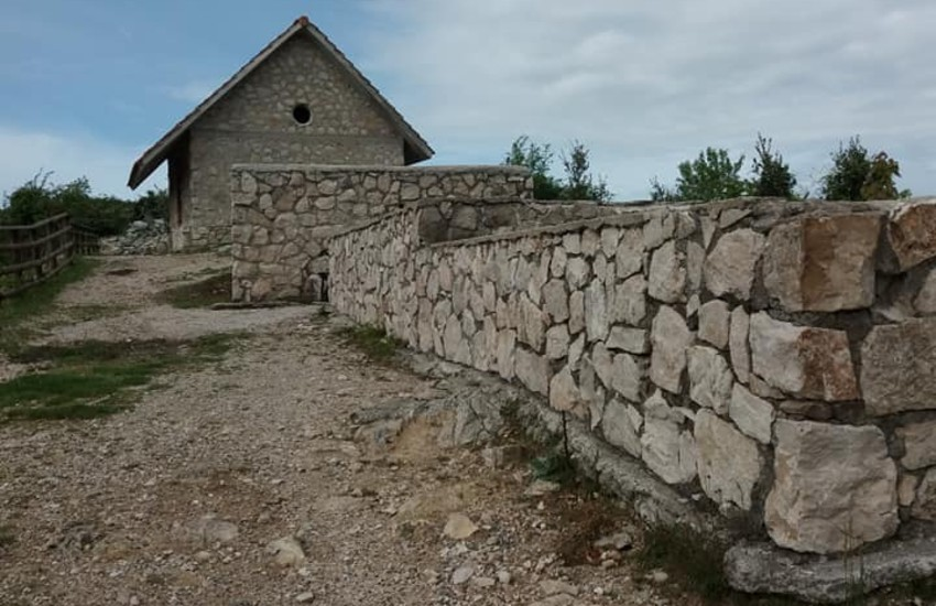 Ripulita l'area del rifugio Bellamonte: le foto fanno il giro del web