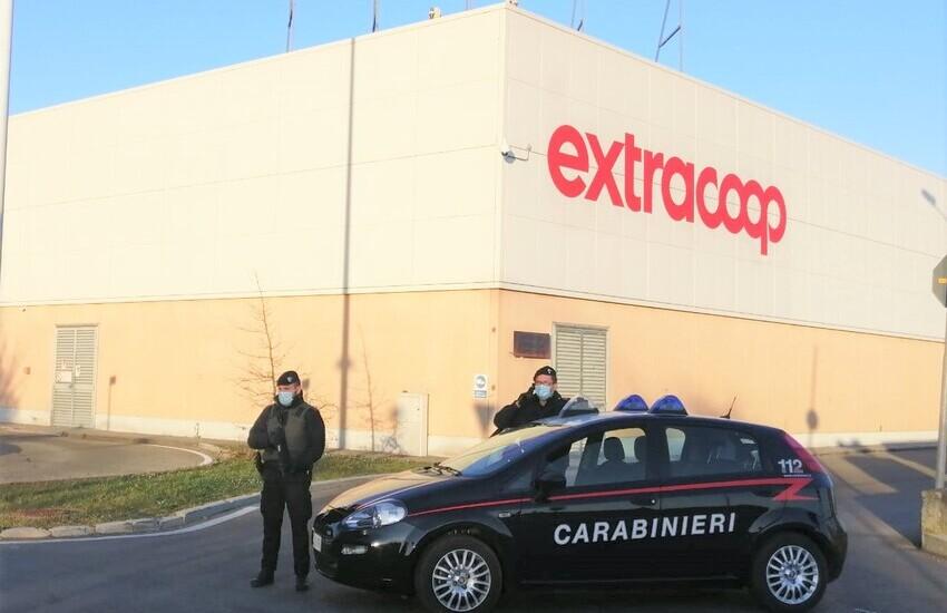 Rubava Parmigiano Reggiano da un supermercato, denunciato un 44enne