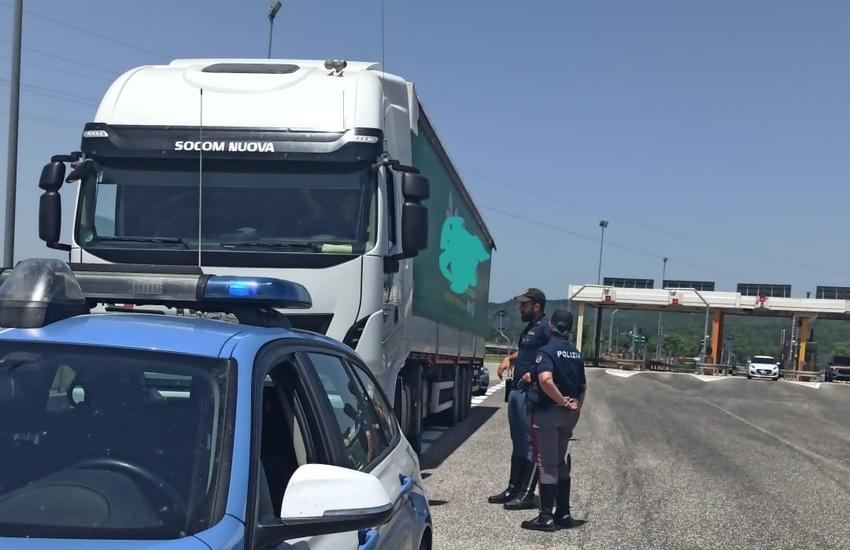 Carsoli, conducente inseriva scheda del cronotachigrafo del cognato: fermato dalla Polizia stradale