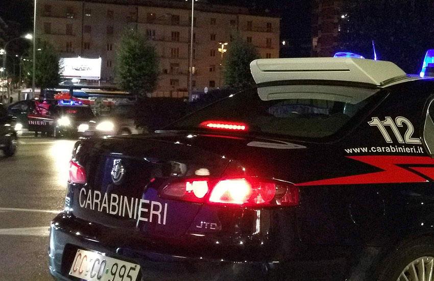 Asti, scene da far west, spari da auto in corsa: 35enne gambizzato