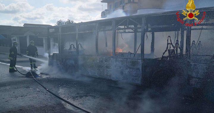Atac Roma, a fuoco 3 autobus in un deposito
