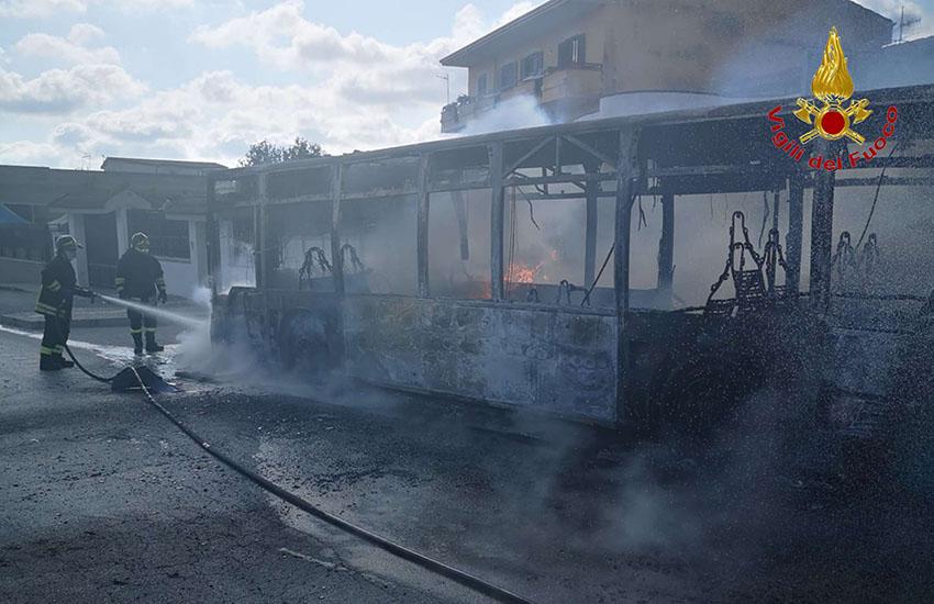 Villa Literno, ancora un autobus che prende fuoco. Questa volta con persone a bordo [le Foto]
