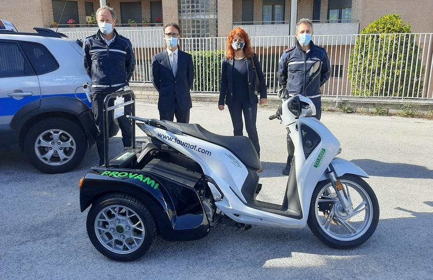 """Mobilità sostenibile: presentato il motociclo """"Duck"""" in prova dalla polizia municipale"""