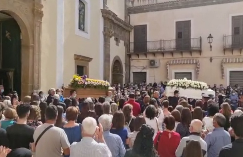Santo Stefano di Camastra: un silenzioso e commosso addio a Mariolina e Alessandra