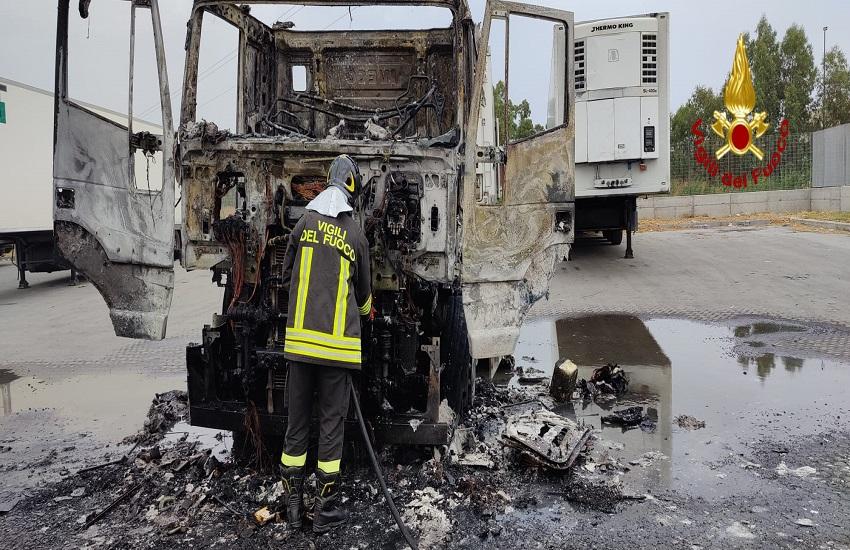 Automotrice in fiamme alla Zona industriale di Catania – GALLERY