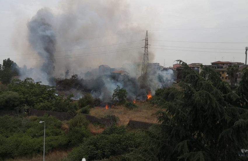 Incendi a Catania e provincia: 30 interventi, tralicci in fiamme al viale Mediterraneo – VIDEO