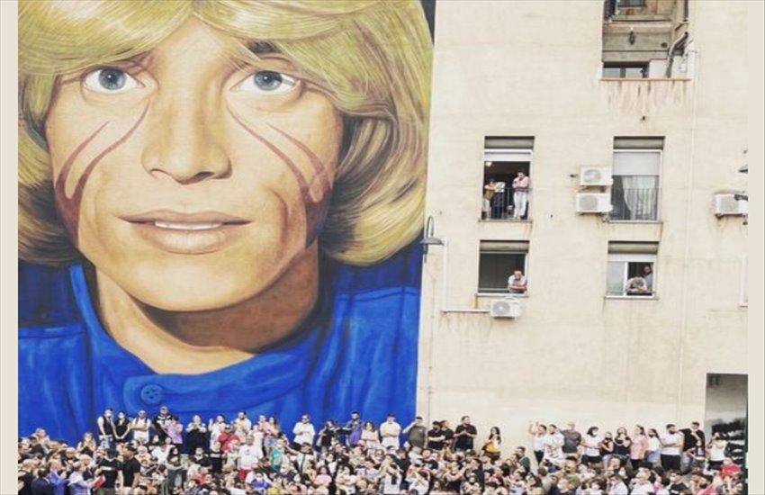 Nino D'Angelo torna nella sua San Pietro a Patierno e per l'emozione scoppia in lacrime davanti al murales di Jorit
