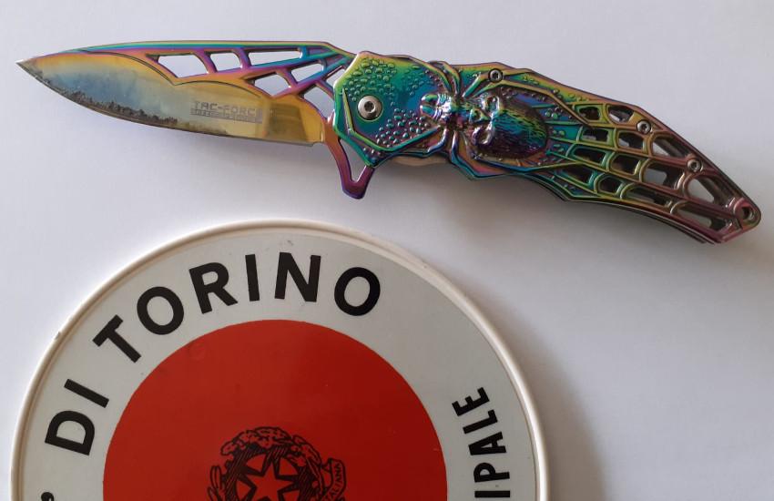 Torino, litiga per il traffico ed estrae un coltello da 21 cm: denunciato 24enne