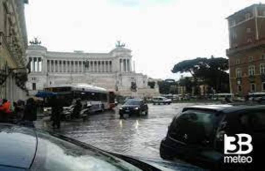 Temporale su Roma, strade allagate e incidenti