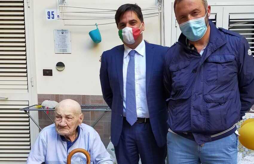 """Un altro """"nonno"""" compie 100 anni. Gli ultracentenari a Catania sono 138."""