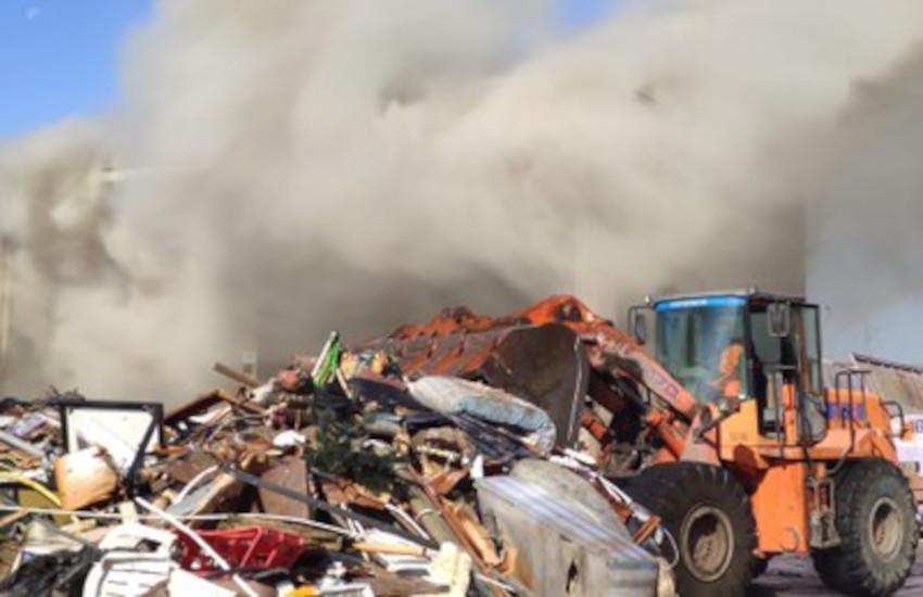 Tortona (AL), incendio in un capannone pieno di rifiuti: inquinanti nell'aria