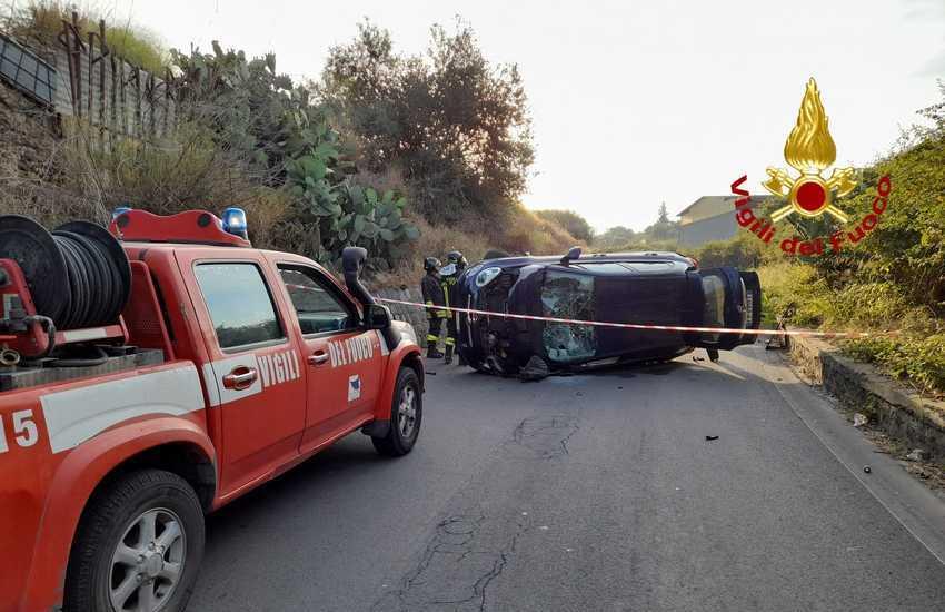 Stradale Cardinale, due auto si ribaltano. Intervengono i Vigili del Fuoco