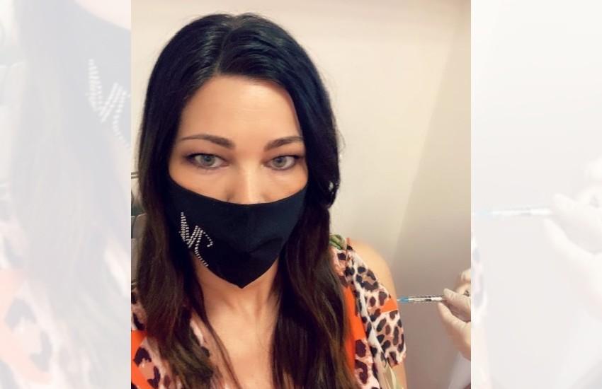 'Iniziamo a vedere un po' di luce'; Manuela Arcuri vaccinata a Latina