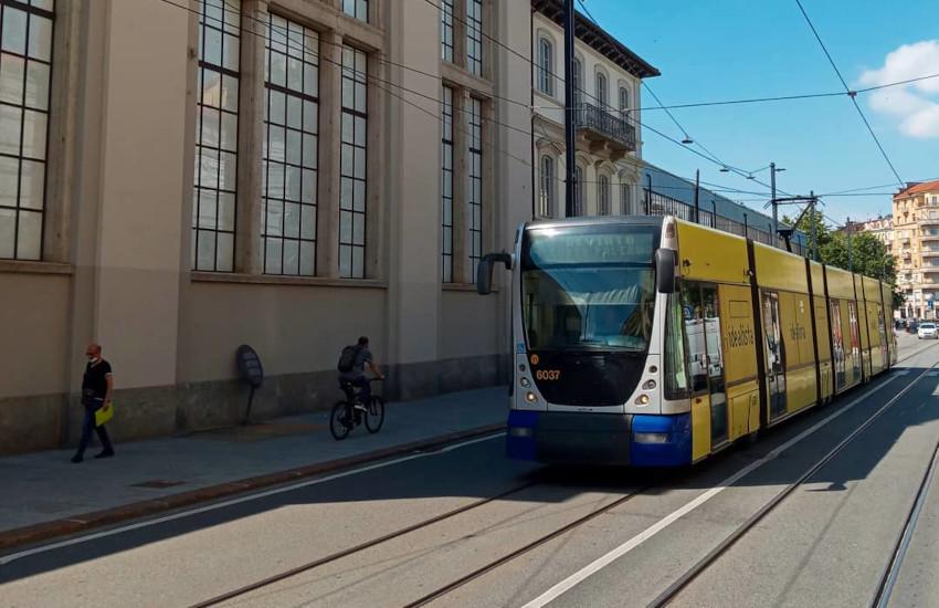 Torino, tram bloccato da un'auto in seconda fila: finisce in lite