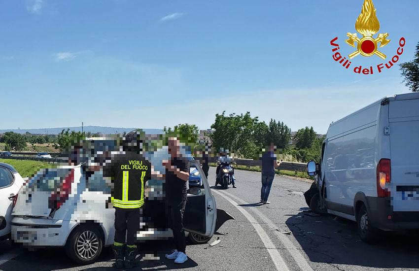 Nola-Villa Literno, Fiat Punto si scontra con un furgone: autista salvato dalle lamiere