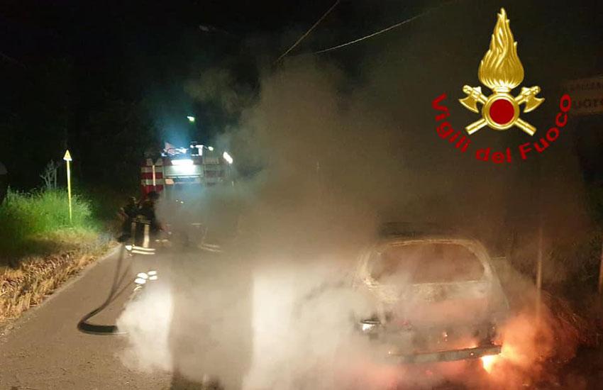 Roccabascerana, auto prende fuoco sulla provinciale 175. Fiamme, fumo e tanta paura