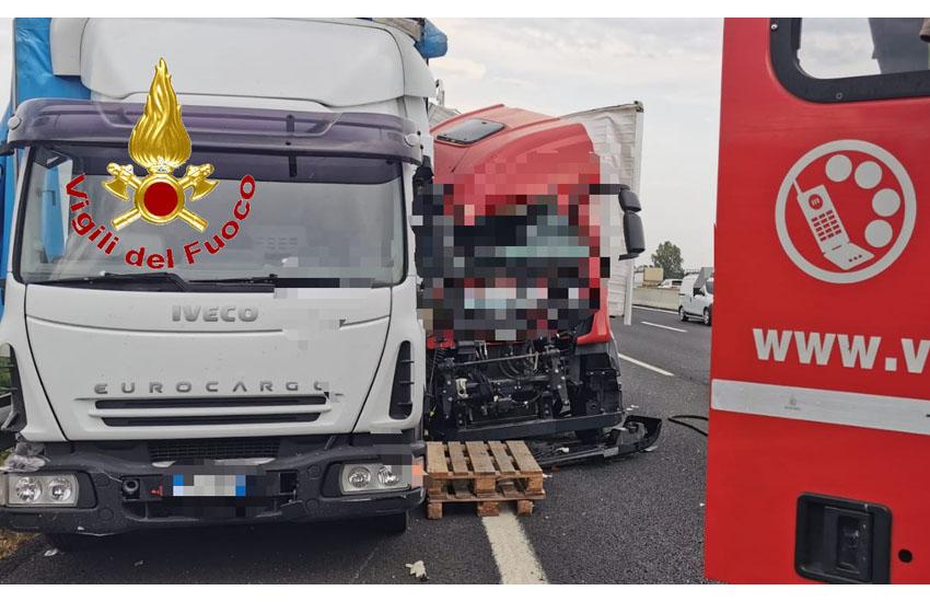 Paura in A1 verso Caianello: scontro fra 2 mezzi pesanti, rimasto incastrato un uomo