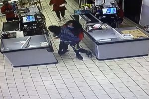 Rapina al supermercato, cassiera coraggiosa prova a bloccare rapinatore – Video