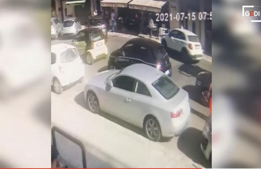 Lecce: Auto travolge tavolini ed entra nel bar, nessun ferito grave – Video