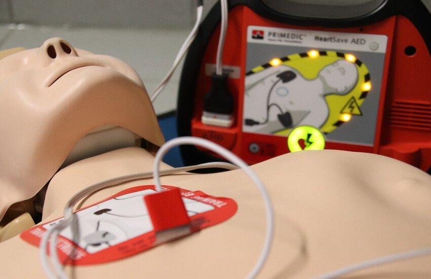 Diventa legge norma 5 Stelle su promozione e diffusione defibrillatori