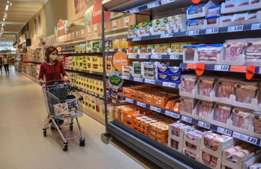 Cisterna, lo aggredisce al supermercato prima che l'altro alzi le mani sulla compagna