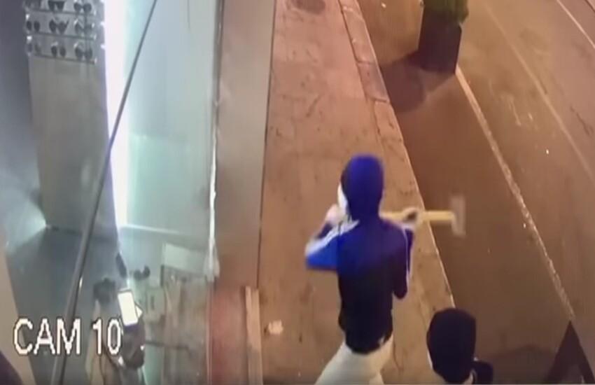 Palermo – Armato di mazza sfonda vetrina dell'ottica per rubare merce esposta