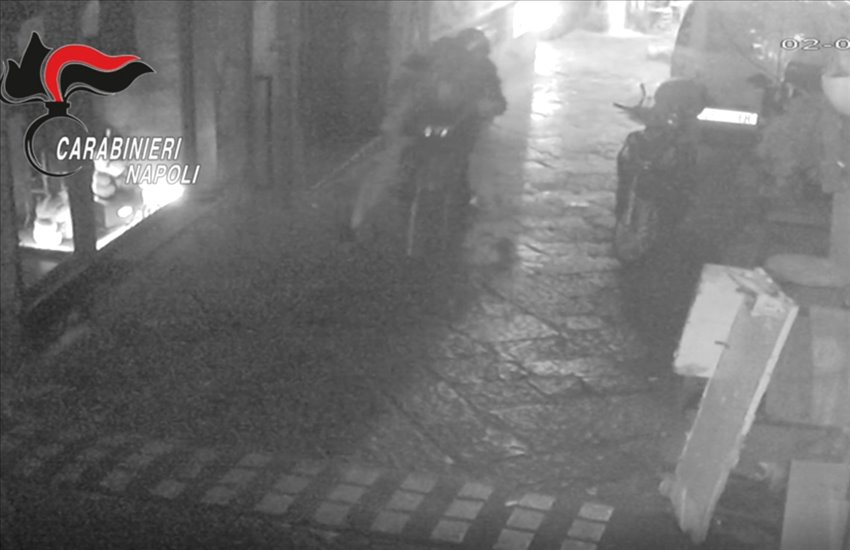 """Rapina ai Quartieri Spagnoli ad un gruppo di turisti, ladri """"incastrati"""" dal cellulare"""