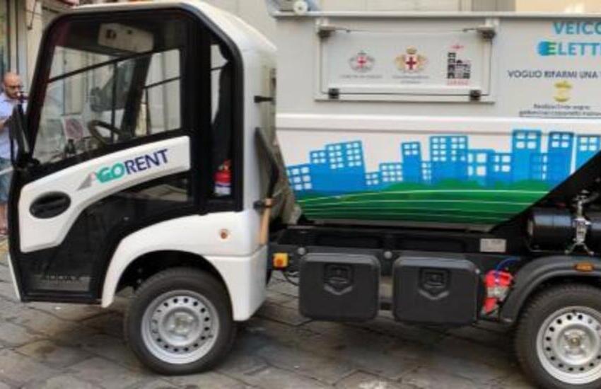 Genova, arriva il primo mezzo elettrico di Amiu per la pulizia del centro storico