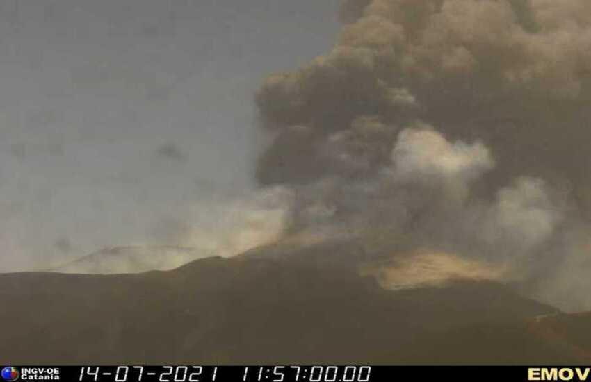 """Il risveglio dell'Etna: """"bombe"""" di lava e cenere fino a Taormina"""