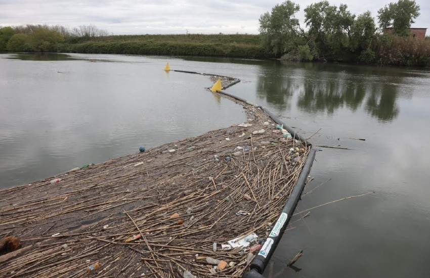 Minturno, in autunno una barriera acchiappa plastica sul fiume Garigliano